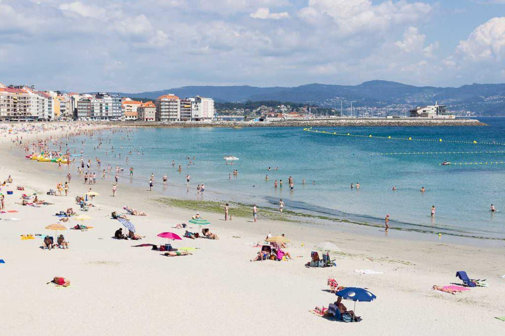Playa de Silgar con puerto deportivo de Sanxenxo