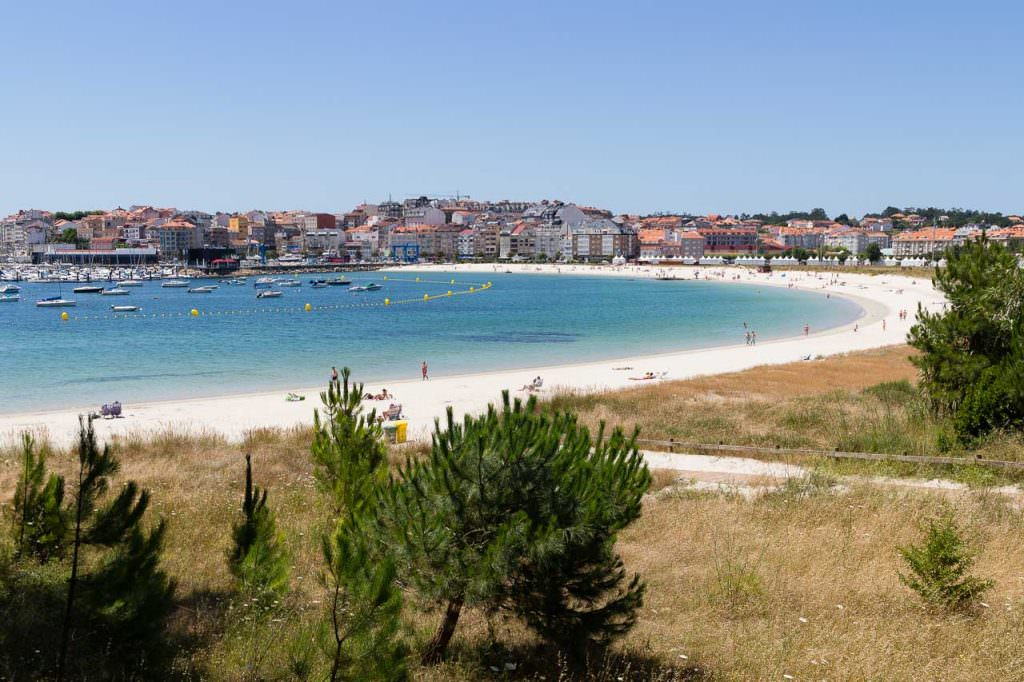 Preciosa y tranquila playa. Recomendamos la parte más cercana, con las vistas al pinar y al puerto. Dispone de restaurantes y chiringuitos en la playa. A menos de 15 minutos, 5 minutos en bici.